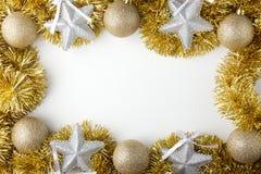 Guld- julbollar, silverstjärnor Arkivbild