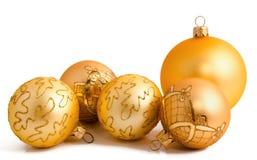 Guld- julbollar som isoleras på en vit Arkivbild