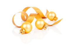 Guld- julgarneringbollar med satängbandet Royaltyfria Bilder