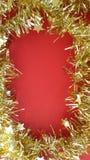 Guld- julgirland Time för xmas-garnering! arkivfoto