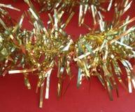 Guld- julgirland Time för xmas-garnering! royaltyfria foton