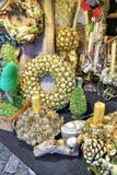 Guld- julkransar med stearinljus på Riga jul marknadsför Royaltyfri Foto