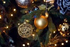 Guld- julleksak i form av hänga för boll Arkivbilder