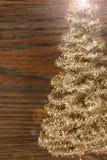 Guld- julträd på en träbakgrund Arkivfoton