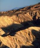 Guld- kanjonbadlands i tidig afton, Death Valley nationalpark, Kalifornien fotografering för bildbyråer