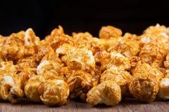 Guld- karamellpopcorncloseup Bakgrund av popcorn Arkivbild