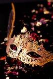 Guld- karnevalmaskering Arkivbild