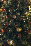 Guld- karnevalmaskering som en julgranleksak royaltyfri fotografi