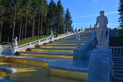 Guld- kaskad i Peterhof, St Petersburg, Ryssland Royaltyfria Foton