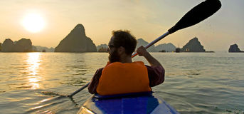 guld- kayaking Royaltyfri Bild