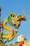 Guld- kines Dragon Wrapped runt om röd pol Royaltyfria Foton