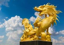 Guld- kinesisk drake på bakgrund för blå himmel Royaltyfria Bilder