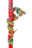 Guld- kinesisk drake på den röda polen Arkivbilder