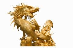 Guld- kinesisk drakestaty på isolatbakgrund Arkivbilder