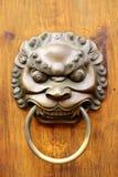 Guld- kinesisk gammal dörr royaltyfri fotografi