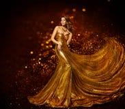 Guld- klänning för modekvinna, elegant guld- tygkappa för lyxig flicka Royaltyfria Bilder
