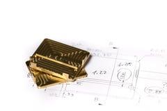 Guld- klar CNC och silvermetalldetaljen på teknisk teckning skissar Royaltyfria Foton