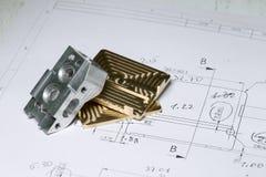 Guld- klar CNC och silvermetalldetaljen på teknisk teckning skissar Royaltyfri Bild