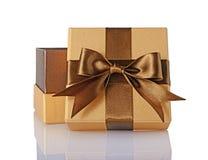 Guld- klassisk skinande öppen gåvaask med den bruna satängpilbågen Arkivbilder