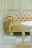 Guld- klassisk soffa i inre Arkivbilder