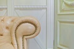 Guld- klassisk soffa i inre detaljer Royaltyfria Bilder