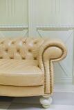 Guld- klassisk soffa i inre specificera Royaltyfri Foto