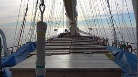 Guld- klocka av det högväxta skeppet för högväxt segling som skiner, når att ha gjort ren arkivfilmer