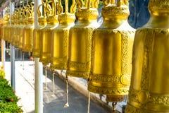 Guld- Klocka i tempel Thailand arkivfoton
