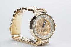 Guld- klocka med diamanter Royaltyfri Foto