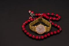 Guld- klocka med rad av pärlor Royaltyfri Bild