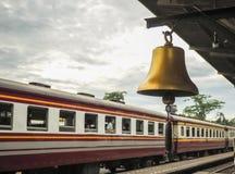 Guld- klocka på järnvägsstationlokalen i Thailand fotografering för bildbyråer