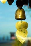 guld- klockor i buddistisk tempel Royaltyfri Bild