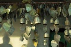 guld- klockor i buddistisk tempel Royaltyfria Bilder