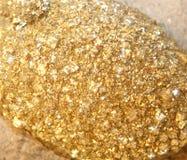 Guld- klumpar grundar vid malmletare i minen Royaltyfria Foton