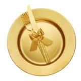 Guld- kniv och gaffel med plattan royaltyfri foto
