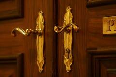 guld- knoppar för dörr arkivbild