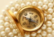 Guld- kompass på pärlan Arkivfoto