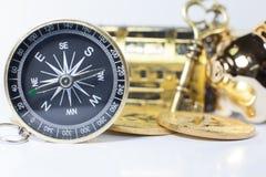 Guld- kompass som vägleder affärsinvesteringen, materiel, pengarhandel i rätt riktning till rikedom som är rik, framgång, förmöge fotografering för bildbyråer