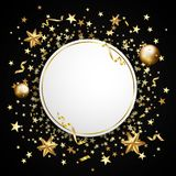 Guld- konfettier på en svart bakgrund Fallande stjärnor, blänker, dusen arkivbild