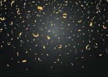 Guld- konfettier på svart bakgrund Arkivfoto