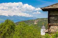 Guld- kors av den ortodoxa kyrkan i Kovachevitsa, Bulgarien royaltyfria foton