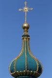 Guld- kors på den kyrkliga kupolöverkanten Royaltyfri Bild