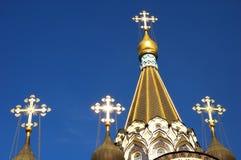 Guld korsar på kupolen på bakgrunden för blå himmel på kyrkan av uppståndelsen i Sokolniki, Moskva, Ryssland Arkivbilder
