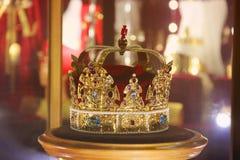 Guld- krona med ädelstenar arkivbild