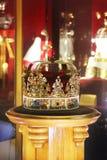 Guld- krona med ädelstenar royaltyfri fotografi