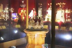 Guld- krona med ?delstenar arkivfoto