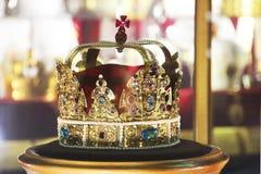 Guld- krona med ?delstenar royaltyfri fotografi