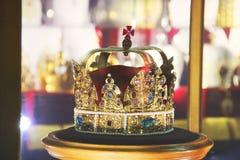 Guld- krona med ?delstenar royaltyfri foto