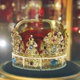 Guld- krona med ?delstenar arkivfoton