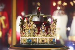 Guld- krona med ?delstenar royaltyfria bilder